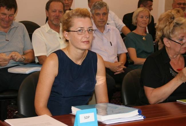 Na početku sjednice Gradsko vijeće prihvatilo je ostavke vijećnika Denisa Pešuta (Lista za Rijeku) kojeg je zamijenio Predrag Blečić, Dinka Tamaruta (SDP) kojeg je zamijenila Irena Vukosavljević i Srđana Srdoča (IDS) kojeg je zamijenio Ismet Mešanović.
