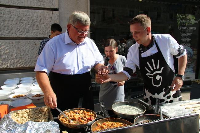 U kuhanju domaćih specijaliteta pomagao je i riječki gradonačelnik Vojko Obersnel