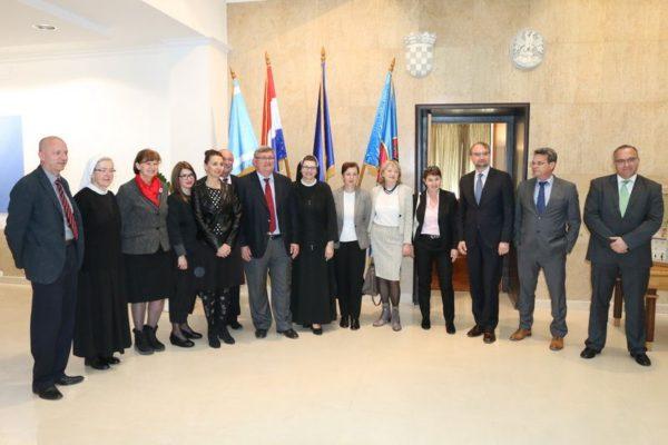 Gradonačelnik Vojko Obersnel i predstavnicia ustanova čiji se programi i projekti financiraju iz proračuna Grada Rijeke u 2017. godini