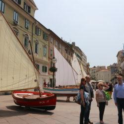 Na Korzu ispred Gradske ure izloženo je sedam tradicijskih barki