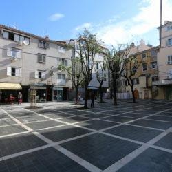 Za slijepe osobe postavljena je taktilna staza vodilja u dijelu Ulice Janeza Trdine prema Pavlinskom trgu te dalje prema Ulici Sokol kula