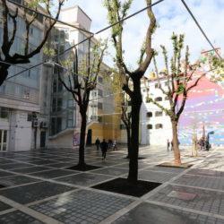 Rasvjeta je riješena polaganjem visećih rasvjetnih tijela na sajle nategnute između okolnih zgrada