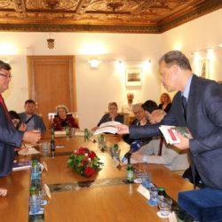 Generalni tajnik Marino Micich uručuje knjige koje je tiskalo Društvo