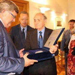 Amleto Ballarini uručuje gradonačelniku dio izvornog dvoglavog orla