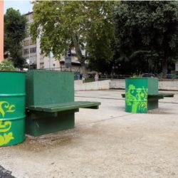 Postavljene dodatne klupice i postavljene bačve sa zelenilom