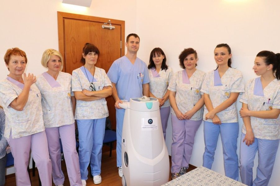 Djelatnici Hospicija s uređajem za dezinfikaciju