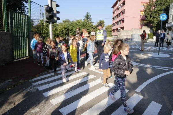 Učenici OŠ Brajda uče sigurno prelaziti cestu