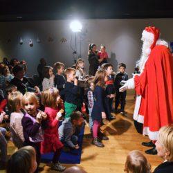 Djed-Mraz-u-predstavi-četiri-godišnja-doba-i-poziva-djecu-na-podjelu-slatkih-paketa-i-slikanje.jpg