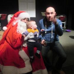 Djed Božićnjak dariva djecu