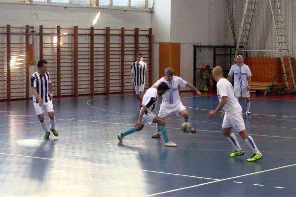 Svakodnevicu im olakšava međusobno pomaganje, druženje, učenje hrvatskog jezika, ali i - igranja nogometa