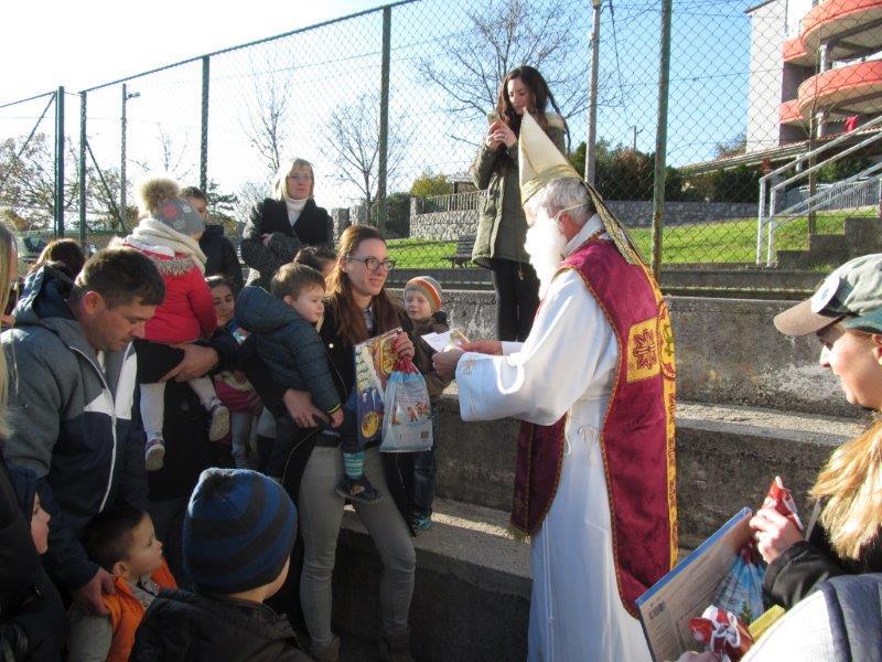 Sveti Nikola dijeli darove