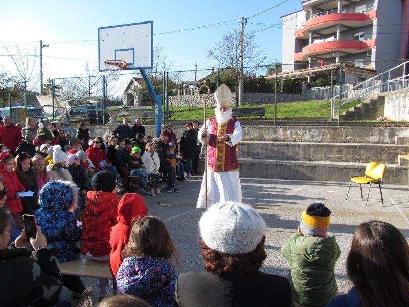 Sveti Nikola i djeca na košarkaškom igralištu
