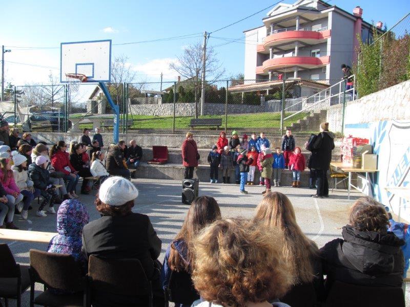 djeca iz vrtića i publika na košarkaškom igralištu
