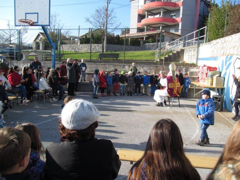 djeca pjevaju sa Svetim Nikolom