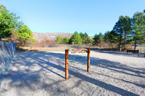 Park za pse na Trsatu u Ulici Kačjak južno od kućnog broja 10