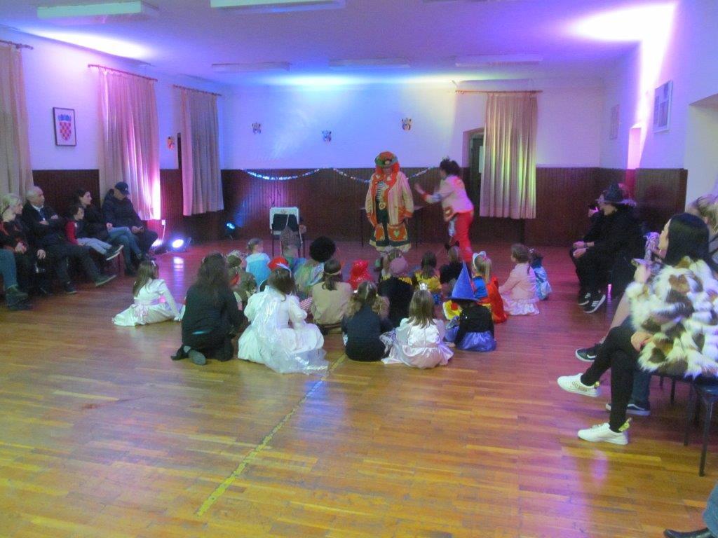 Klaunice i djeca - Dječja maškarana zabava