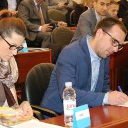 Vijećnik Sandro Vizler iz HNS-a potpisuje prisegu
