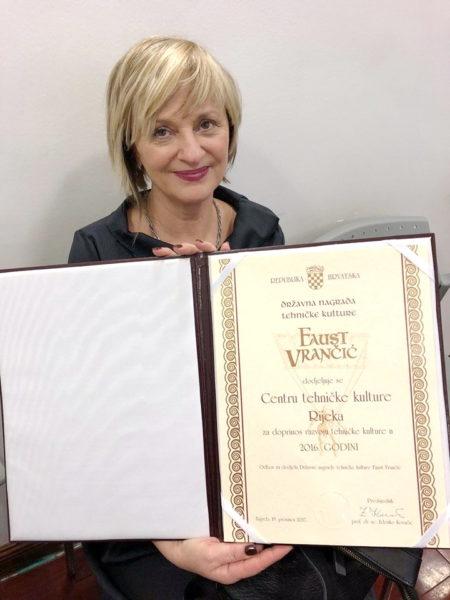Olivera Stanić s Državnom nagradom Faust Vrančić