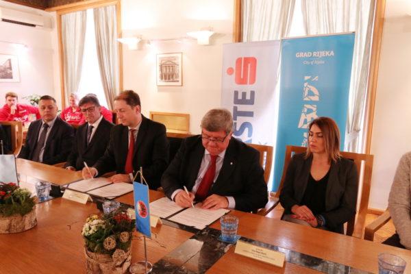 Ugovor su potpisali predsjednik Uprave Erste banke Christoph Schoefboeck i gradonačelnik Rijeke Vojko Obersnel