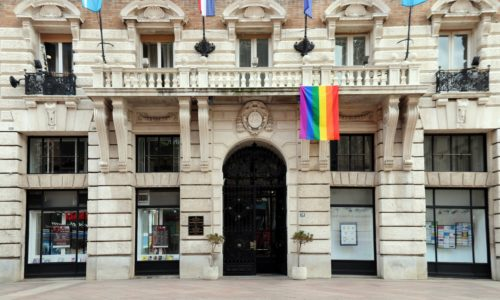 Zastava na zgradi Grada - Dan borbe protiv homofobije i transfobije