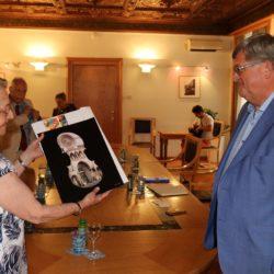 Laura Calci uručuje poklon gradonačelniku