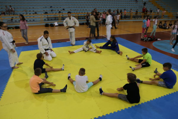 """Riječkim osnovnoškolcima prezentirane borilačke vještine – projekt """"Ri move"""""""