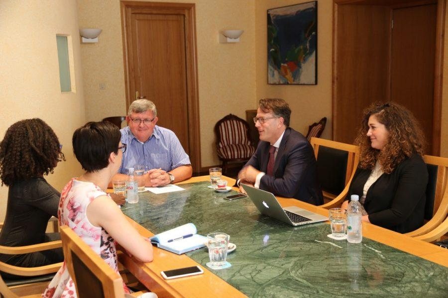 Konzultanti projekta Digital Cities Challenge s gradonačelnikom Vojkom Obersnelom