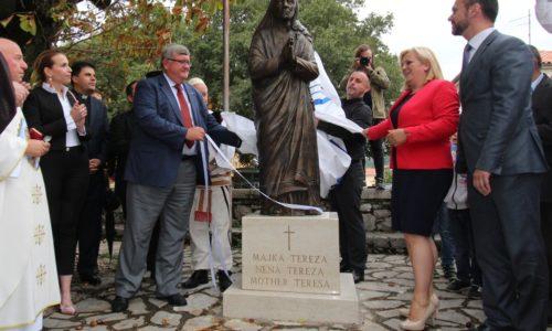 Postavljen kip Majke Tereze