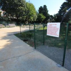 Park za pse nalazi se u neposrednoj blizini groblja