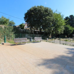 Uređena staza, popločan trg s klupama i fontanom