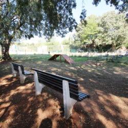 U parku uređene agility sprave i postavljene klupice