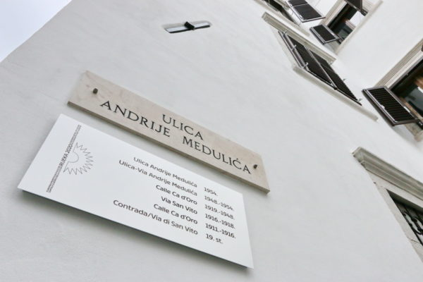 Osim na Koblerovom trgu, postavljene su ploče i na susjednim ulicama - Starim vratima te Užarskoj i Medulićevoj ulici
