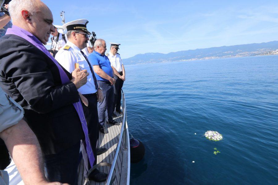 Bacanje vijenca u more u spomen na stradale na moru (1)