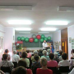 publika i glumci u predstavi na Grbcima