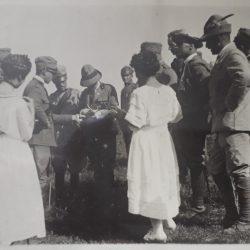 D'Annunzio s obožavateljicama u okolici Rijeke (Vittoriale degli Italiani)