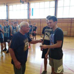 Podjela medalja i pehara pobjednicima košarkaškog turnira, vijećnik Branko Srdoč