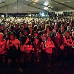 Pogled na prepuni šator i mnogobrojnu publiku