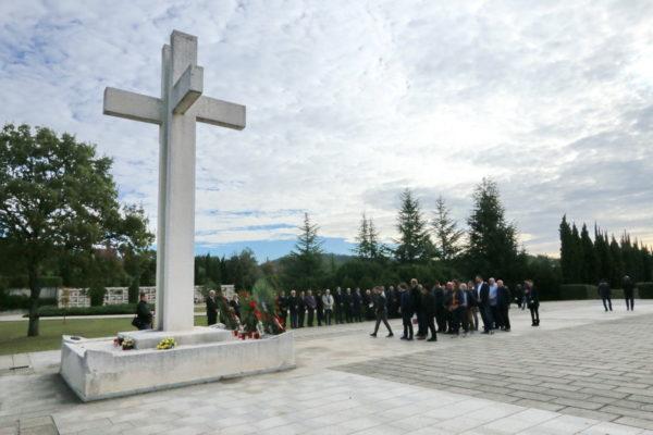 Polaganje vijenaca na Centralni križ groblja Drenova