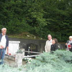 Polaganje vijenca na spomenik kosturnice trinaestorice streljanih