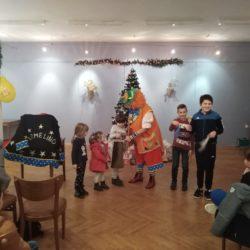 Djeca i klaunica u igri mađioničara