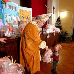 Sv. Nikola djeli poklone djeci
