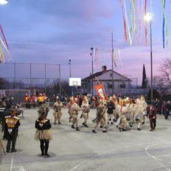 Kukuljanski zvončari na košarkaškom igralištu u Dražičkoj ulici