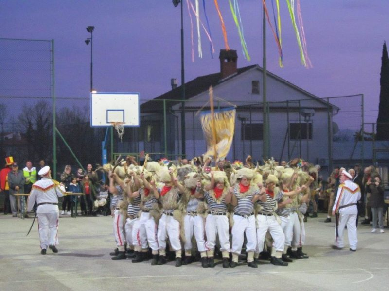 Zametski zvončari na košarkaškom igralištu u Dražičkoj ulici