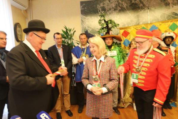 U ime višedesetljetnih dobrih veza dvaju gradova zamjenica Hohlmann gradonačelniku Obersnelu predala je dar sa simbolom zaštitnika grada Neussa, sv. Kvirina, te medalju karnevalskog grada Neussa