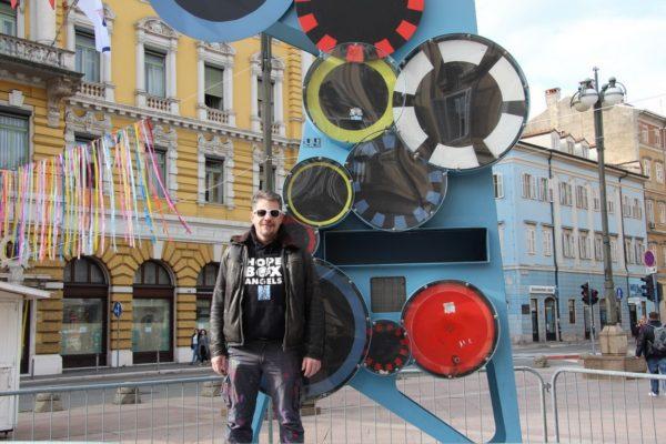 Slaven Kosanović Lunar ispred skulpture Brojač