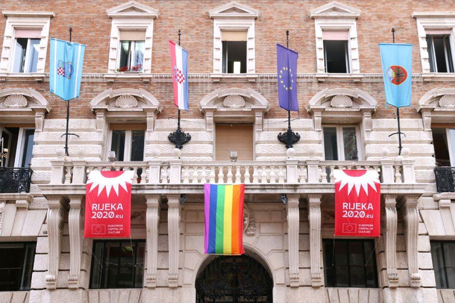 Zastava duginih boja na pročelju zgrade Grada Rijeke