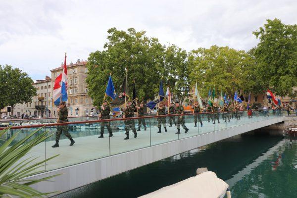 Uoči polaganja vijenaca na Mostu hrvatskih branitelja održan mimohod zastava