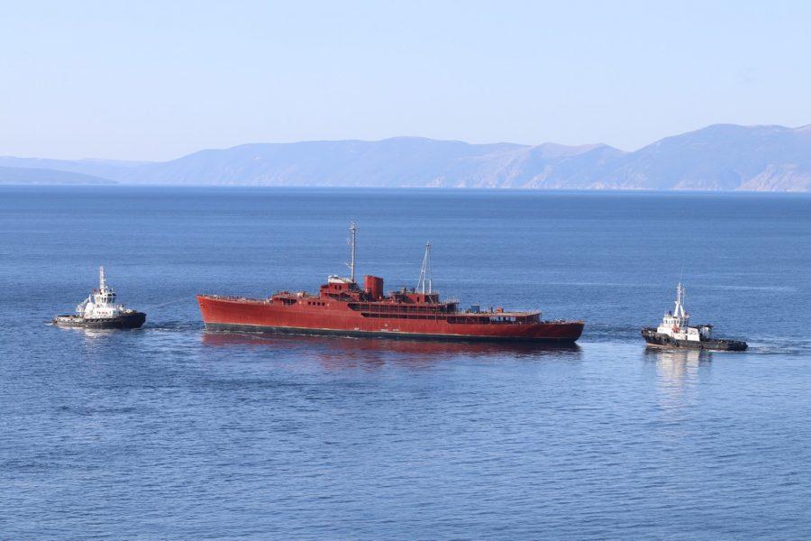 Tegljenje broda Galeb natrag u kraljevičko brodogradilište
