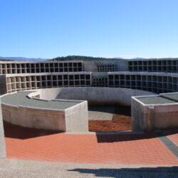 U kompleksu niša i pretinaca u obliku spirale nalazi se 566 grobnih mjesta