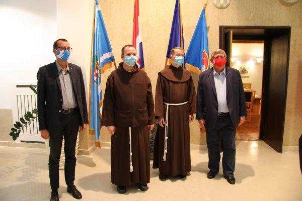 Zamjenik gradonačelnika Marko Filipović, fra Krunoslav Kocijan, fra Bernard Barbarić i gradonačelnik Vojko Obersnel